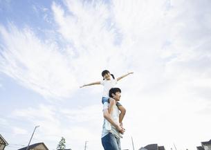 肩車をする父と娘の写真素材 [FYI03035161]