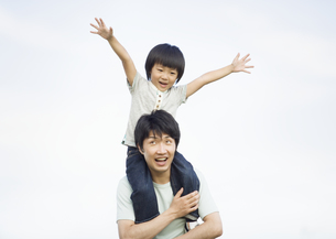 肩車をする父と息子の写真素材 [FYI03035191]