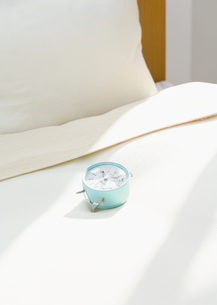 ベッドと目覚まし時計の写真素材 [FYI03035218]