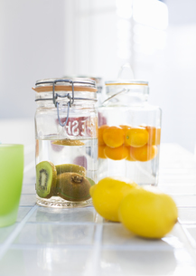 レモンと瓶詰のキウイフルーツの写真素材 [FYI03035300]