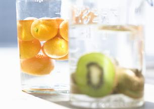 瓶詰のレモンとキウイフルーツの写真素材 [FYI03035301]