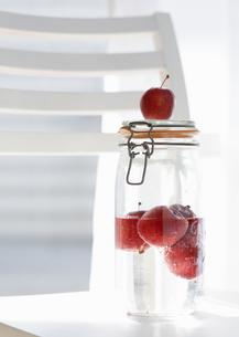 瓶詰のフルーツの写真素材 [FYI03035308]