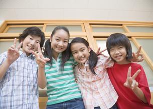 笑顔の小学生の写真素材 [FYI03036594]