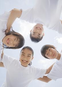 円陣を組む小学生の写真素材 [FYI03036608]