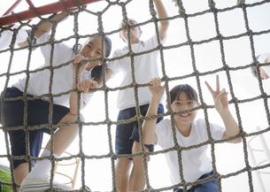 遊具に登る小学生の写真素材 [FYI03036617]