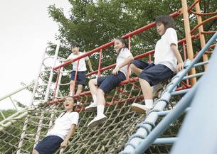 遊具に座る小学生の写真素材 [FYI03036618]