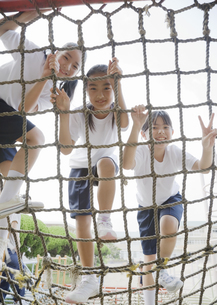 遊具に登る小学生の写真素材 [FYI03036619]