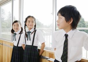 おしゃべりをする小学生の写真素材 [FYI03036633]