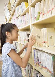本を選ぶ小学生の写真素材 [FYI03036646]