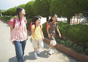 通学する小学生の写真素材 [FYI03036686]