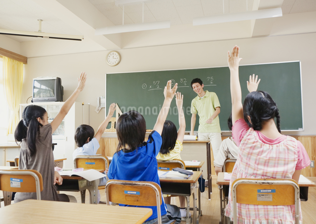 授業中の小学生の写真素材 [FYI03036708]