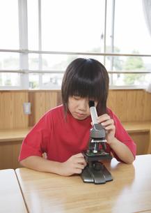 顕微鏡を覗く小学生の写真素材 [FYI03036710]