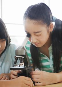 顕微鏡を覗く小学生の写真素材 [FYI03036713]