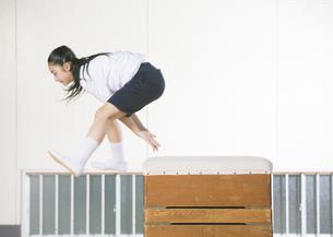 跳び箱を飛ぶ小学生の写真素材 [FYI03036717]