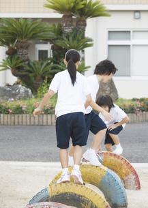 遊具で遊ぶ小学生の写真素材 [FYI03036722]