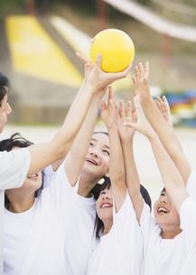 ボールをとる小学生の写真素材 [FYI03036726]