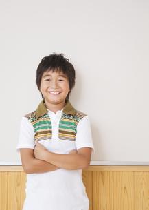 腕組みする小学生の写真素材 [FYI03036739]
