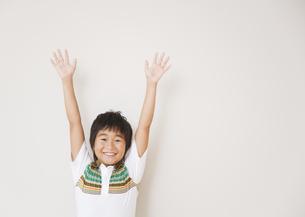 万歳をする小学生の写真素材 [FYI03036740]