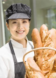 パン屋の女性店員の写真素材 [FYI03037084]