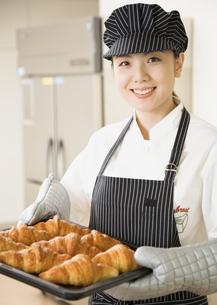 パン屋の女性店員の写真素材 [FYI03037089]