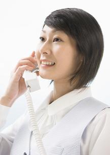 電話をする事務員の写真素材 [FYI03037112]