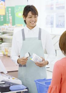 スーパーの店員の写真素材 [FYI03037122]