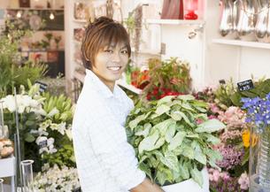 花屋の店員の写真素材 [FYI03037144]