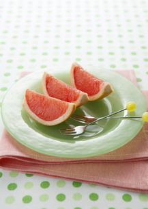 ピンクグレープフルーツの写真素材 [FYI03037159]