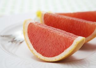 ピンクグレープフルーツの写真素材 [FYI03037162]