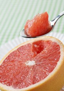 ピンクグレープフルーツの写真素材 [FYI03037163]
