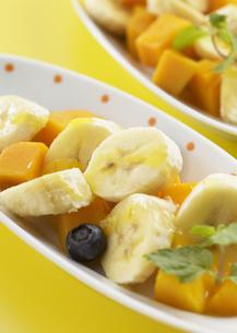バナナとマンゴーのデザートの写真素材 [FYI03037219]