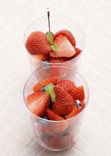 イチゴとブルーベリーの写真素材 [FYI03037311]