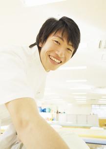笑顔の理学療法士の写真素材 [FYI03037357]