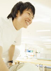 笑顔の理学療法士の写真素材 [FYI03037358]