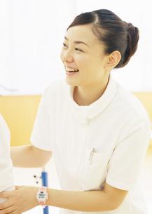 笑顔の理学療法士の写真素材 [FYI03037360]