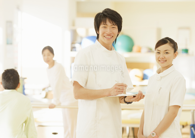 笑顔の理学療法士の写真素材 [FYI03037368]