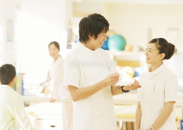 笑顔の理学療法士の写真素材 [FYI03037370]