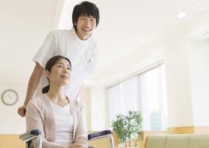 車椅子の患者と看護師の写真素材 [FYI03037390]