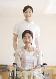 車椅子の患者と看護師の写真素材 [FYI03037396]