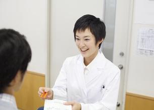 笑顔の薬剤師の写真素材 [FYI03037398]