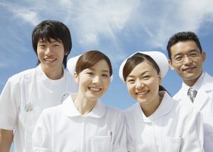 笑顔の医師と看護師の写真素材 [FYI03037472]