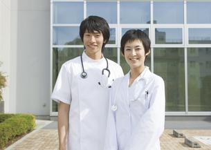 笑顔の女医と看護師の写真素材 [FYI03037486]