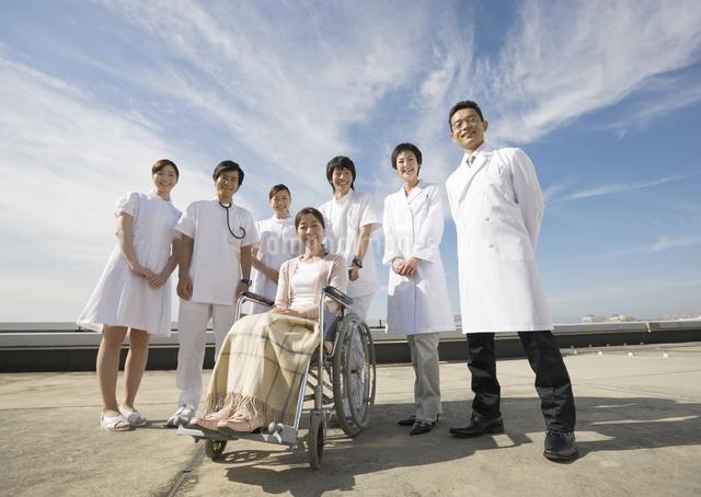 車椅子の患者と医師と看護師の写真素材 [FYI03037503]