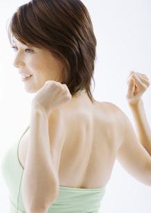 伸びをする女性の写真素材 [FYI03037560]