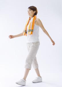 ウォーキングをする女性の写真素材 [FYI03037563]
