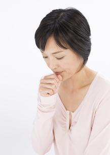 咳をする女性の写真素材 [FYI03037597]