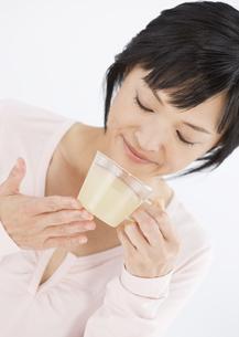 生姜湯を飲む女性の写真素材 [FYI03037600]
