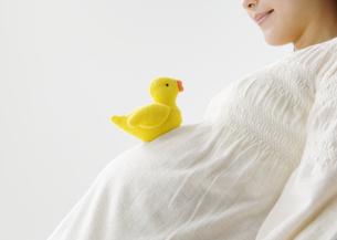 ヒヨコのぬいぐるみと妊婦の写真素材 [FYI03037607]