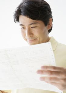 健康診断書を見る男性の写真素材 [FYI03037612]