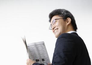 老眼鏡をかける男性の写真素材 [FYI03037633]